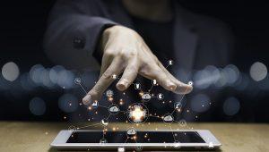mão executiva sobre o celular magia digital