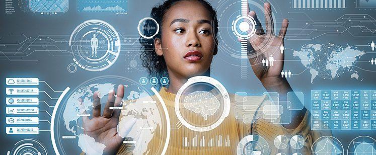Mulher planejando seu futuro em tela futurística, clicando em diversas informações digitais bem a sua frente