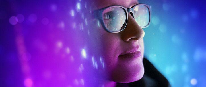 mulher pensando em futuros alternativos, olhando para a frente