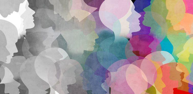 grafismo com diversas cabeças sobrepostas. Do lado esquerdo elas são todas cinzas e do lado direito são coloridas. Ao centro as ideias se misturam.
