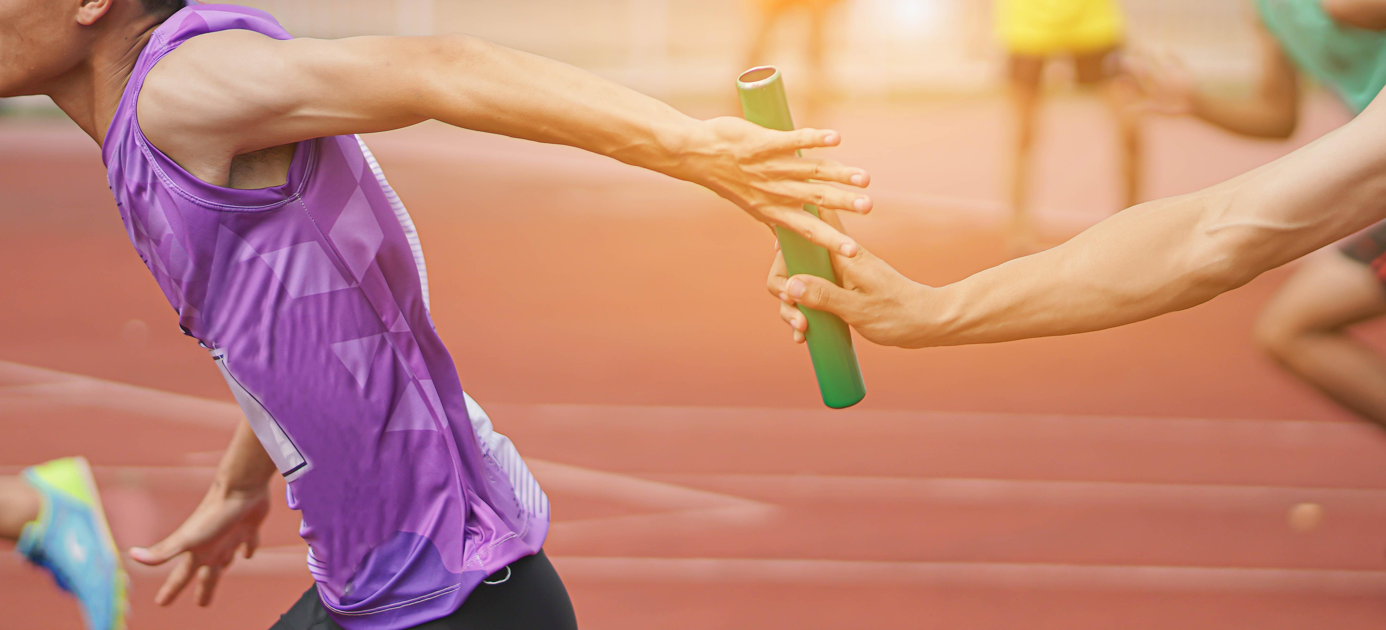 atleta-passa-o-bastão-para-o-próximo-revezando-a-vez-de-correr