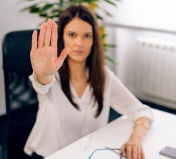 bullying-corporativo-mão-mulher-dizendo-chega