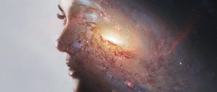 perfil feminino com a imagem de uma supernova universo sobreposta a sua cabeça